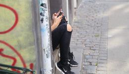 1017_girl_phone